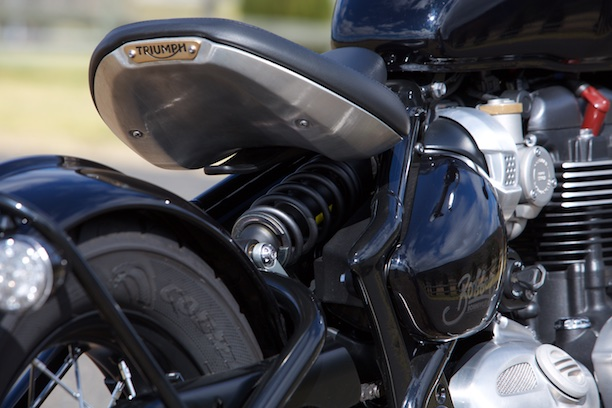 Triumph Bonneville Bobber 2017 hidden rear shock tractor seat