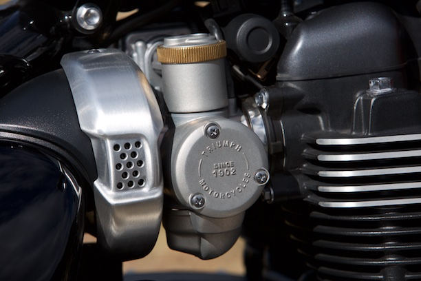 Triumph Bonneville Bobber 2017 faux amal carburettors